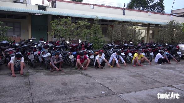 Bất chấp dịch, các nhóm thanh niên vẫn tổ chức đá gà qua mạng ăn tiền - Ảnh 1.