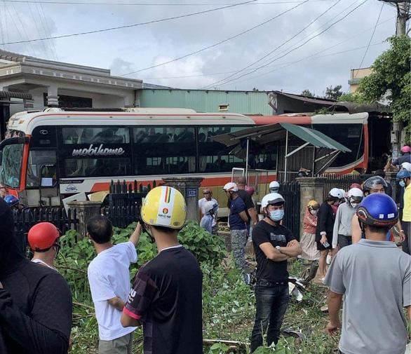 Tai nạn giữa xe khách, xe tải trên quốc lộ 14, 2 người chết, 5 người bị thương - Ảnh 2.