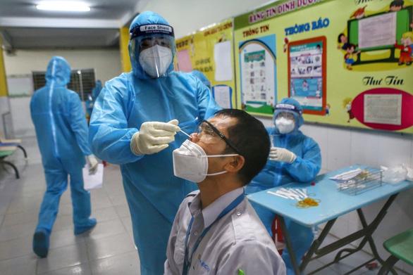 Từ 4 chuỗi lây nhiễm ban đầu, TP.HCM phát hiện 21 chuỗi lây nhiễm sau 1 tháng - Ảnh 1.