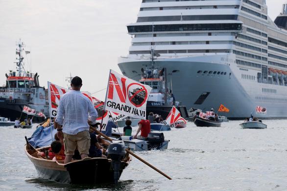 Người dân Venice xua đuổi du thuyền khỏi thành phố - Ảnh 1.