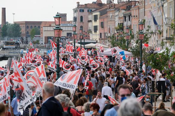 Người dân Venice xua đuổi du thuyền khỏi thành phố - Ảnh 2.