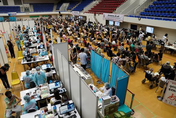 Thái Lan bắt đầu tiêm vắc xin COVID-19 diện rộng - Ảnh 1.