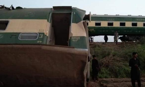 Hai đoàn tàu đâm nhau tại Pakistan, ít nhất 30 người thiệt mạng - Ảnh 3.