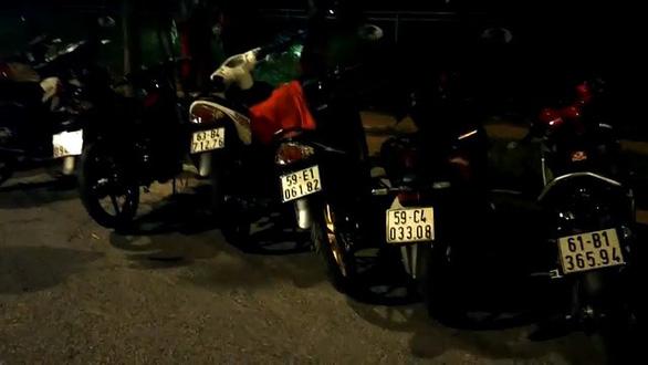 Bị CSGT vây bắt, nhóm quái xế vứt xe nhảy kênh - Ảnh 3.