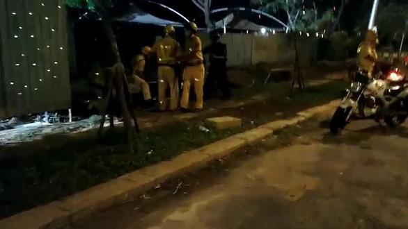 Bị CSGT vây bắt, nhóm quái xế vứt xe nhảy kênh - Ảnh 4.