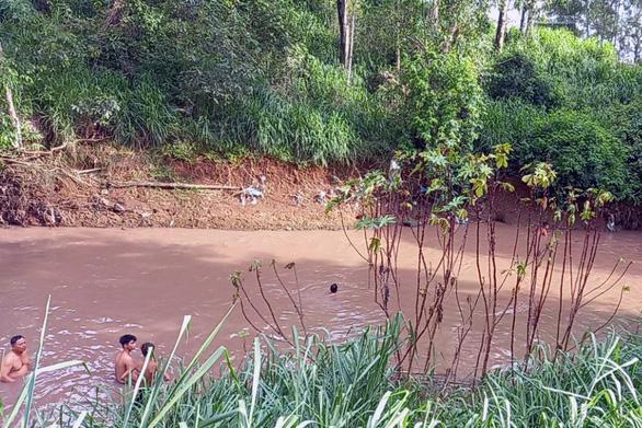 5 trẻ chơi bên sông, 2 trẻ rớt xuống nước chết đuối - Ảnh 1.