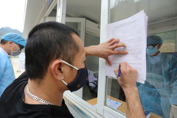 Đề xuất cấp hộ chiếu vắc xin cho lái xe chở hàng qua biên giới Việt - Trung - Ảnh 1.