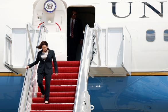 Máy bay Phó tổng thống Mỹ Harris phải quay đầu, hạ cánh do lỗi kỹ thuật - Ảnh 1.
