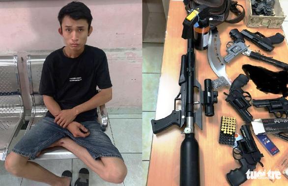 Cảnh sát đặc nhiệm 'tóm' kẻ tàng trữ, mua bán súng đạn ở Phú Nhuận - Ảnh 1.