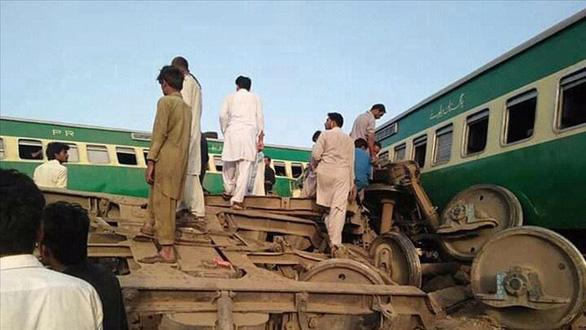 Hai đoàn tàu đâm nhau tại Pakistan, ít nhất 30 người thiệt mạng - Ảnh 1.