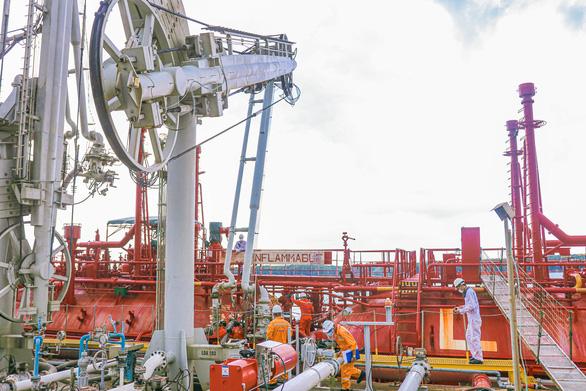 PVN lãi 15,3 nghìn tỉ đồng, khai thác dầu vượt tới 18% kế hoạch - Ảnh 2.