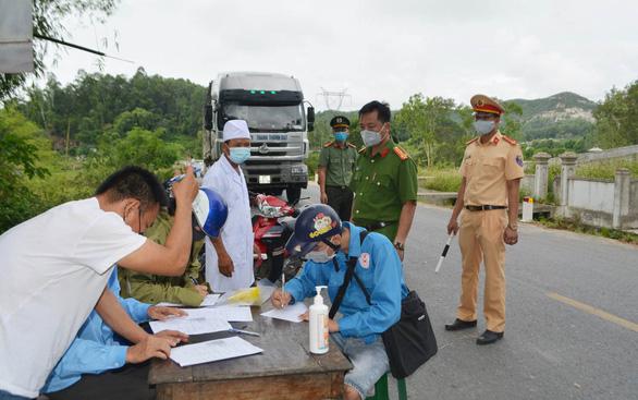 Xét nghiệm tất cả hộ dân TP Hà Tĩnh, Nghệ An lập 5 chốt kiểm dịch - Ảnh 1.
