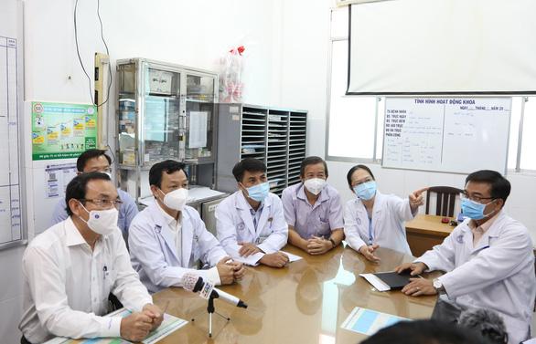 Bí thư Nguyễn Văn Nên thăm hỏi việc điều trị chiến sĩ công an mắc COVID-19 - Ảnh 1.