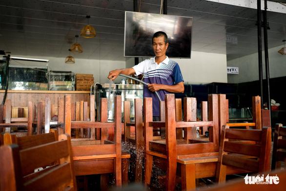 Hàng quán Đà Nẵng phun xịt, chờ mở cửa lại từ ngày mai - Ảnh 2.