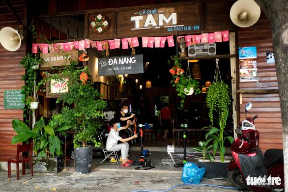 Hàng quán Đà Nẵng phun xịt, chờ mở cửa lại từ ngày mai - Ảnh 3.