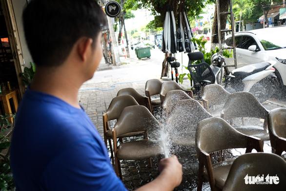 Hàng quán Đà Nẵng phun xịt, chờ mở cửa lại từ ngày mai - Ảnh 1.