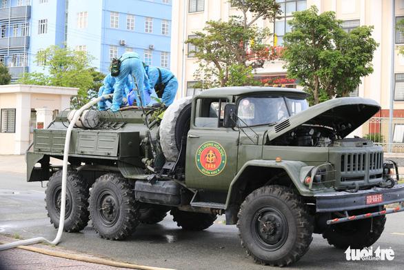 Quân đội điều xe đặc chủng khử khuẩn khu vực phong tỏa ở Hà Tĩnh - Ảnh 1.
