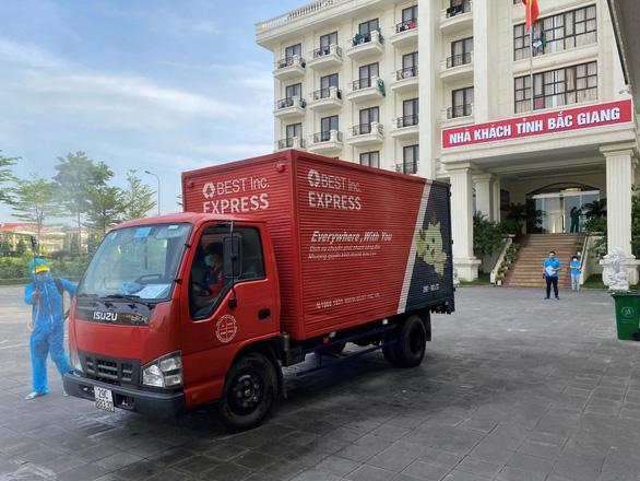 BEST Express vận chuyển miễn phí hàng cứu trợ đến vùng dịch - Ảnh 1.