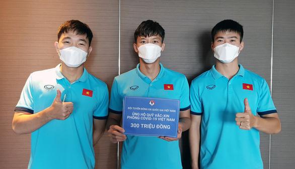 Đội tuyển Việt Nam ủng hộ 300 triệu đồng cho Quỹ vắc xin phòng, chống COVID-19 - Ảnh 1.