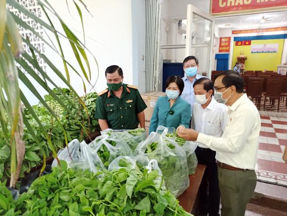 Quân khu 7 tặng rau quả, nhu yếu phẩm tiếp sức quận Phú Nhuận chống dịch - Ảnh 2.