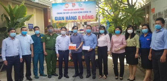 Quân khu 7 tặng rau quả, nhu yếu phẩm tiếp sức quận Phú Nhuận chống dịch - Ảnh 4.