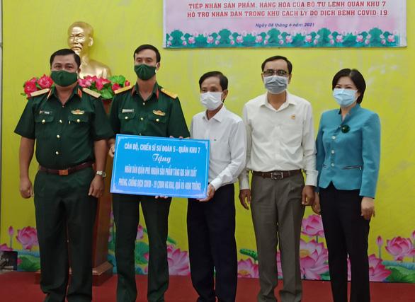 Quân khu 7 tặng rau quả, nhu yếu phẩm tiếp sức quận Phú Nhuận chống dịch - Ảnh 1.