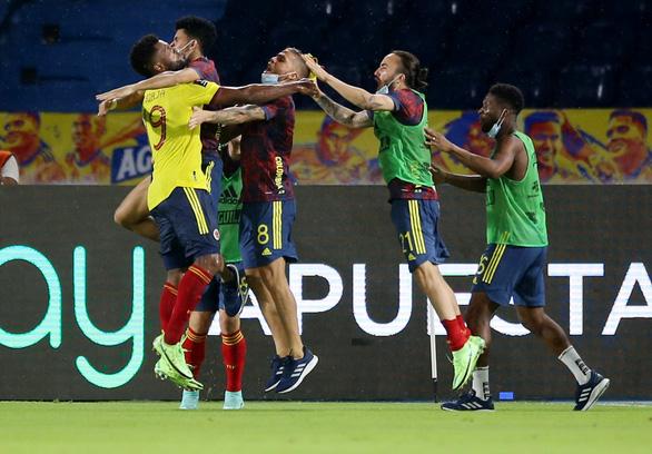 Argentina đánh rơi chiến thắng ở phút 90+4 sau khi dẫn 2-0 - Ảnh 2.