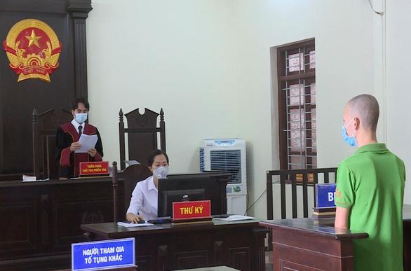 Thanh niên lăng mạ, tấn công cán bộ chốt kiểm dịch bị phạt 2 năm tù - Ảnh 1.