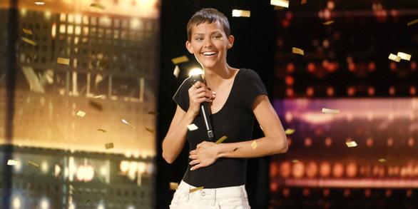 Nghị lực thép của cô gái ung thư chỉ còn 2% cơ hội sống tại America's Got Talent - Ảnh 1.