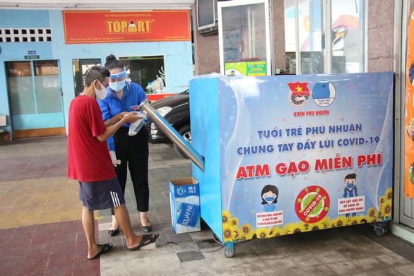 Quận Phú Nhuận khởi động ATM gạo - một miếng khi đói bằng một gói khi no - Ảnh 1.