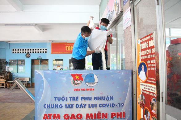 Quận Phú Nhuận khởi động ATM gạo - một miếng khi đói bằng một gói khi no - Ảnh 4.
