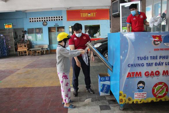 Quận Phú Nhuận khởi động ATM gạo - một miếng khi đói bằng một gói khi no - Ảnh 3.