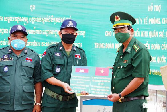 Biên phòng An Giang hỗ trợ Campuchia gần 2 tỉ đồng chống dịch COVID-19 - Ảnh 1.