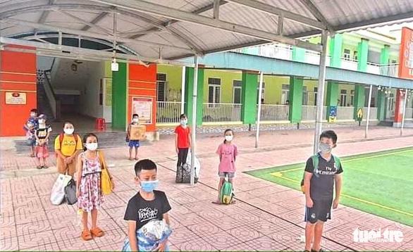 Đến thư viện trường trong kỳ nghỉ hè, nhiều học sinh bị cách ly - Ảnh 1.