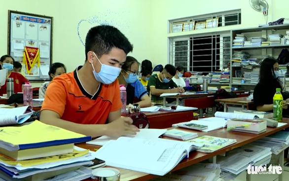 Hàng chục trường ở Nghệ An hoãn thi thử tốt nghiệp THPT - Ảnh 1.
