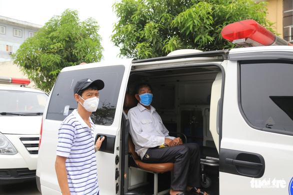 Đội xe cấp cứu '0 đồng' chở bệnh nhân về quê miễn phí - Ảnh 2.