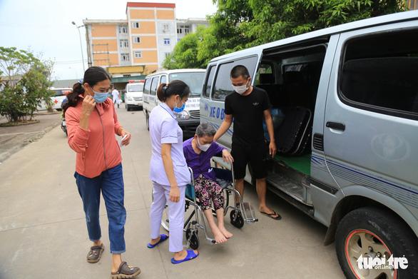 Đội xe cấp cứu '0 đồng' chở bệnh nhân về quê miễn phí - Ảnh 1.