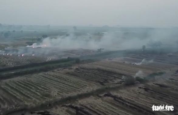 Bộ yêu cầu các tỉnh thành xử lý nghiêm việc đốt rơm rạ gây ô nhiễm - Ảnh 1.