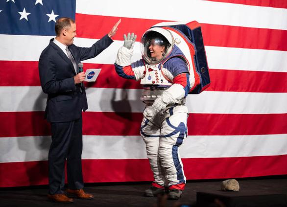 NASA công bố thiết kế bộ đồ vũ trụ mới của phi hành gia - Ảnh 1.
