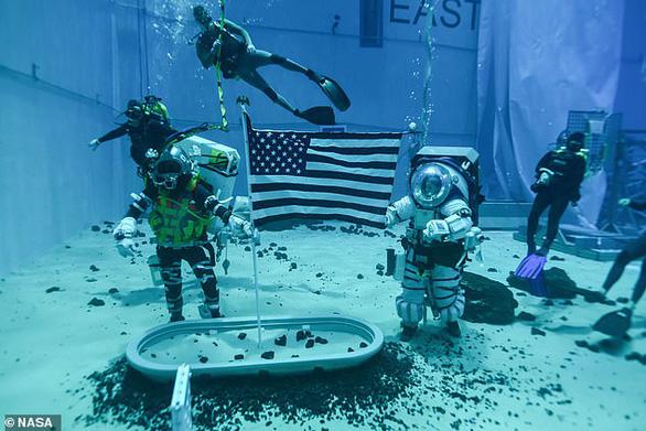 NASA công bố thiết kế bộ đồ vũ trụ mới của phi hành gia - Ảnh 3.
