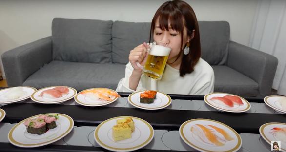 Người Nhật thuê luôn băng chuyền về nhà để ăn như ở nhà hàng - Ảnh 1.
