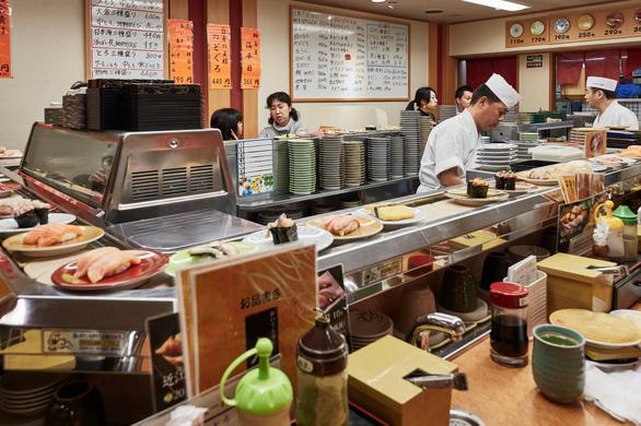 Người Nhật thuê luôn băng chuyền về nhà để ăn như ở nhà hàng - Ảnh 2.