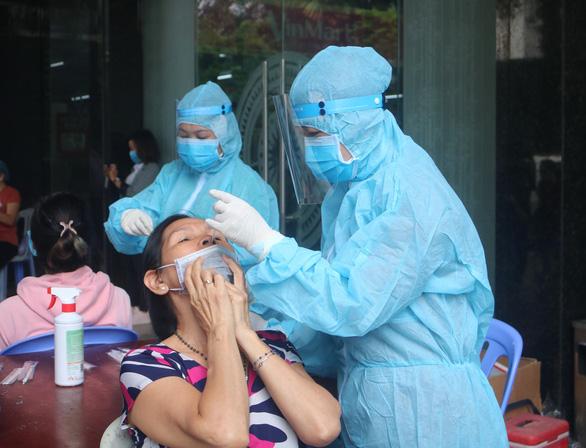 TP.HCM: Bệnh viện sẽ xét nghiệm COVID-19 cho những người sốt, ho, đau họng... - Ảnh 1.