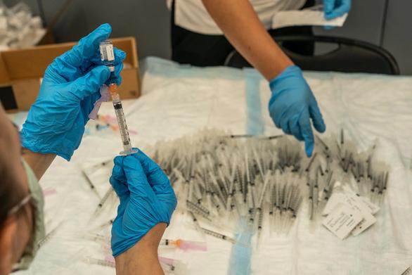 Mỹ xuất khẩu hàng triệu liều vắc xin COVID-19 sắp hết hạn - Ảnh 2.