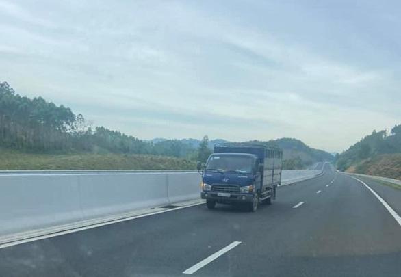 Tài xế lái ôtô đi ngược chiều trên cao tốc bị phạt 17 triệu đồng - Ảnh 1.