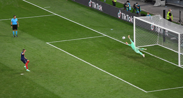 Hơn 250.000 người ký tên yêu cầu UEFA tổ chức đá lại Pháp - Thụy Sĩ - Ảnh 1.