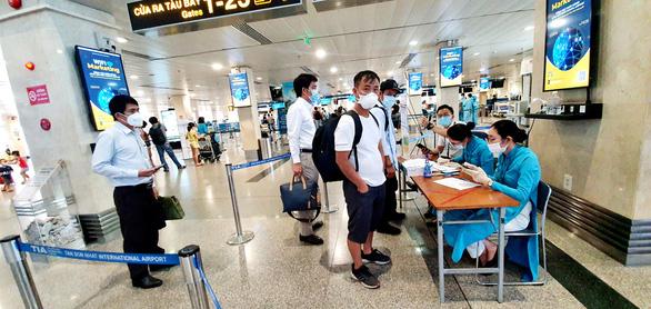 Sân bay Tân Sơn Nhất đã có test nhanh COVID-19, giá 540.000 đồng/người - Ảnh 1.