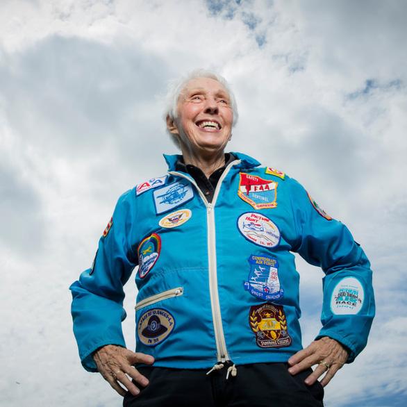 Tỉ phú Jeff Bezos chọn nữ phi công huyền thoại 82 tuổi cùng du hành vũ trụ - Ảnh 1.