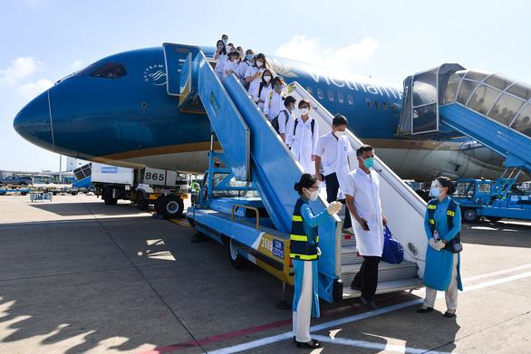 Hơn 300 giảng viên, sinh viên y Hải Dương bay vào TP.HCM chống dịch - Ảnh 3.