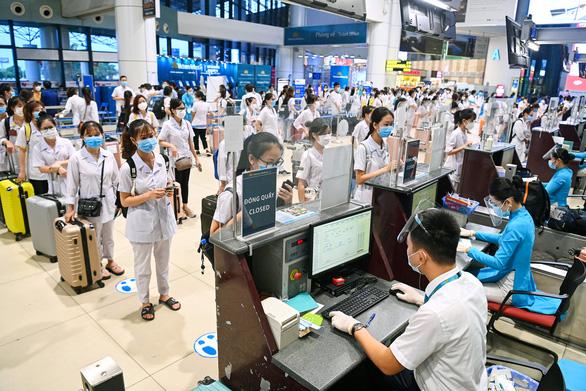 Hơn 300 giảng viên, sinh viên y Hải Dương bay vào TP.HCM chống dịch - Ảnh 2.